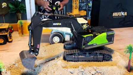 演示挖掘机挖沙子,给翻斗车装沙子真棒