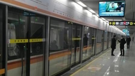 郑州地铁3号线二七广场站列车双开门
