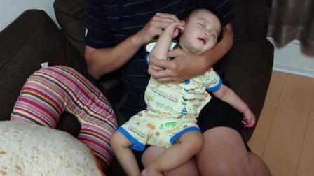 还有这么暖心的爸爸,宝宝在爸爸怀里露出舒服的表情