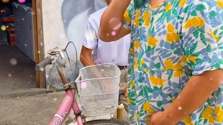 搞社:爷爷草率了,在奶奶眼底下看美女打爆轮胎炸飞单车!
