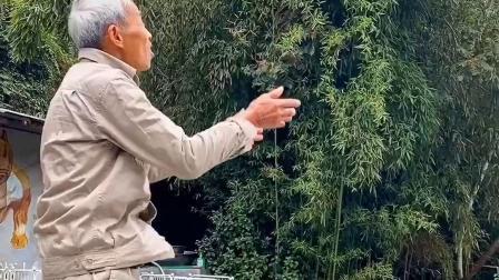 搞社:爷爷这脚世界波告诉我们:请爱护环境,不要乱扔果皮!
