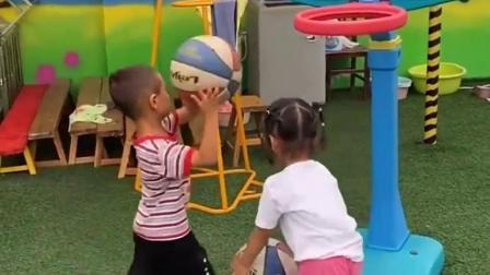 浪漫的趣事:两个宝贝比赛投篮