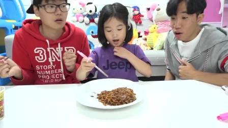 儿童亲子互动,宝蓝给叔叔做炸酱面还要加上鸡腿烤肠,真有趣啊