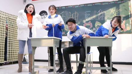 学渣为和同学争座位,没想竟把腿和桌子绑在一起,太有才了