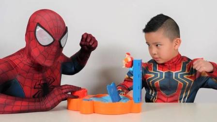蜘蛛侠:蜘蛛侠陪儿子一起玩玩具!