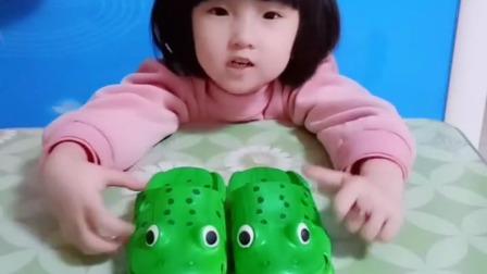 亲子游戏:这两只臭青蛙,真的,把我朵朵的香蕉和玉米吃了