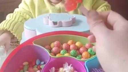 童年的记忆:妈妈手里的草莓软糖是给熙熙的吗