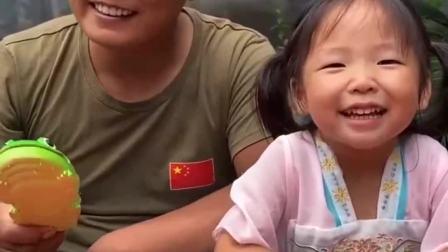 童年的记忆:宝贝来给爸爸笑一个