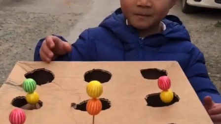 亲子游戏:你抓到那个糖,那个糖就是你的
