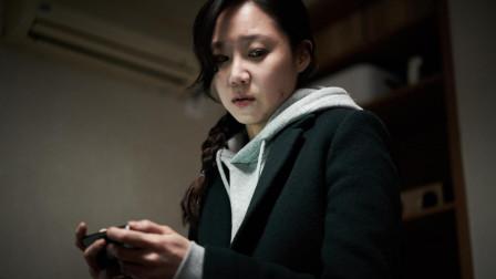 一个独居女人,房里怪事频发,监控显示床下有人,惊悚片《门锁》