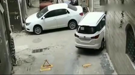 监控:刚提的车开回家,结果就被人笑话了,这驾照是买来的吧!