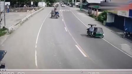 摩托车男子逆行疯狂超车,3秒钟不到就没命了,监控记录揪心一幕!