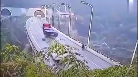 司机正在行驶突然停车,要不是监控,谁知道有这么好的心肠!