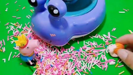 乔治想当小蜗牛的好朋友,陪小蜗牛一起滑滑梯,佩奇也想一起玩耍
