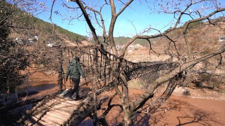 大理沘江上用藤子编织的桥,有上千年的历史,太奇特了