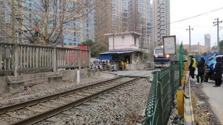 2021年1月5日 晚点的k1557缓慢通过宁芜线长虹路道口