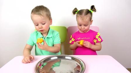 儿童亲子互动,小哥哥带着妹妹制作水果营养餐,太有意思了
