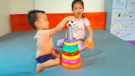 儿童亲子互动,小萝莉教弟弟拼装彩色圆环组装彩色金字塔,真好玩
