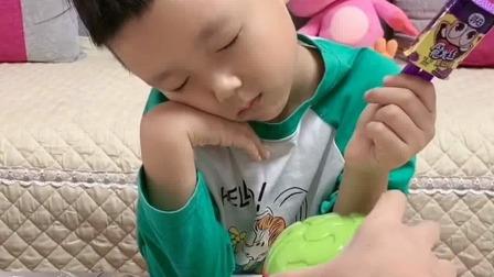 亲子游戏:小晨晨,吃着棒棒糖睡着了
