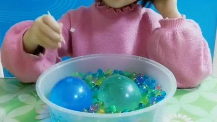 少儿益智:有了,我拿来了两个装水的气球