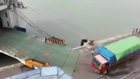 大货车司机用尽所有办法,半天冲不上船,回看监控才知原因!