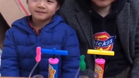 趣味生活:爸爸和小宝贝比赛打气球谁能赢