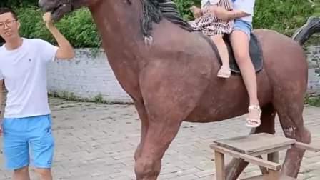 趣味生活:两个宝贝骑大马呢