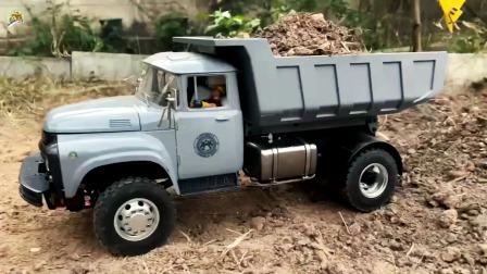 仿真遥控挖掘机给自卸车装泥土,自卸车卸泥土真好玩