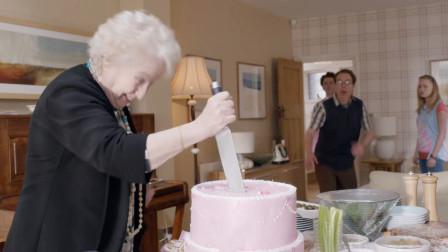 女儿躲在蛋糕底下,想给妈妈生日惊喜,没想到妈妈一刀捅了下去