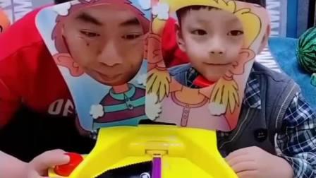 童年的记忆:宝贝做游戏吃雪糕,看谁赢。