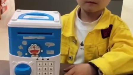 童年的记忆:宝贝想买挖掘机,只有打开自己的存钱罐
