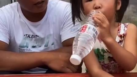 童年的记忆:宝贝怎么倒着喝水呀