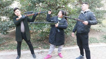 吃鸡真人版:美女扔雷对抗神枪手,不料小伙用98K挡雷,霸气灭敌