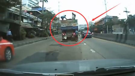 4名男子爬上大货车,明目张胆偷货物,要不是监控谁信?