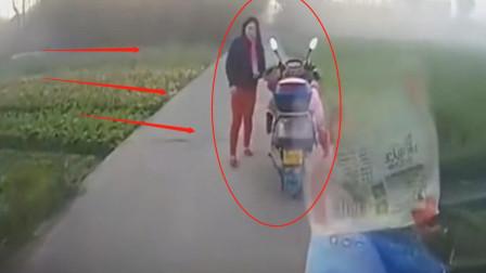 刚走到村头,女孩突然发生意外,妈妈的反应让人无语,监控记录全程