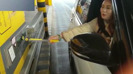 高速收费站,监控偶然拍下了这一幕,女司机果然不简单啊