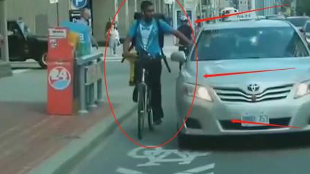 黑人男子骑车挑衅出租车,谁知遇到狠角色,监控记录可怕一幕