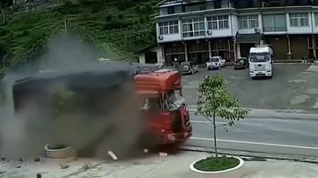 活了一辈子没见过这么惨烈的车祸,要不是监控,谁能看到这一幕