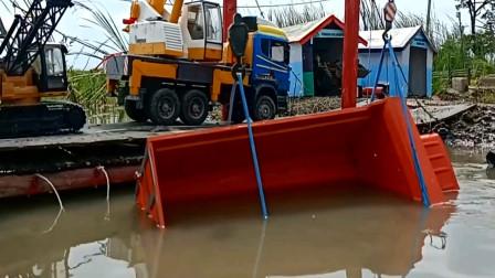 大卡车掉进水里吊车来帮忙吊起来 创意玩具