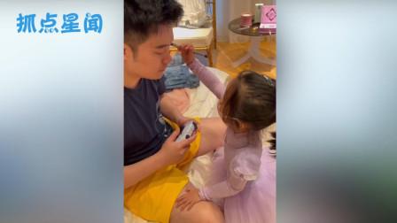 陈安安给爸爸陈赫化妆,恰好被妹妹看到后,她的反应够我笑十遍