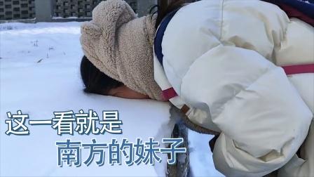 妹子你长点心吧!就算没见过雪也不能这么玩啊,你不冷的吗?
