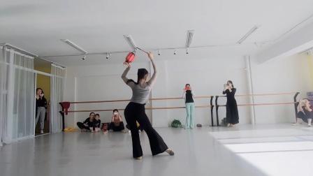 原创古典舞小灯笼《千灯引》,有点傣族舞的影子,三道弯的样子!