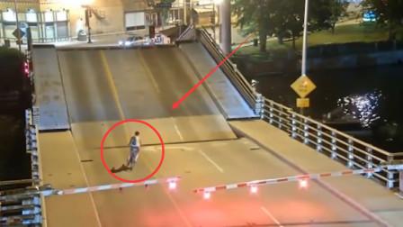 小伙子真是作死!桥面都变形了他还敢闯,监控拍下惊险过程