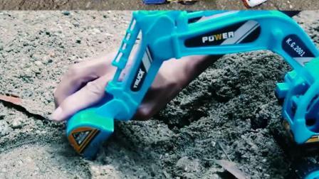 认识工程车玩具 用挖掘机挖出了好大的一个坑