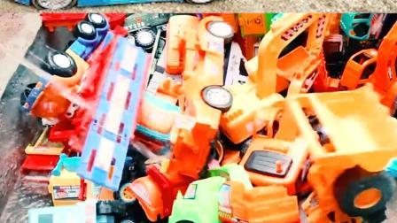 认识工程车玩具 帮助超级多的工程车清理泥土