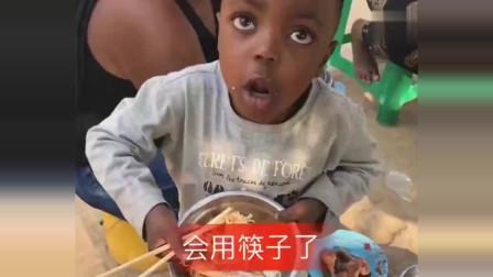 外国小朋友学会用中国筷子,还会说方言