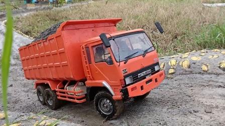 卡车们运送泥土