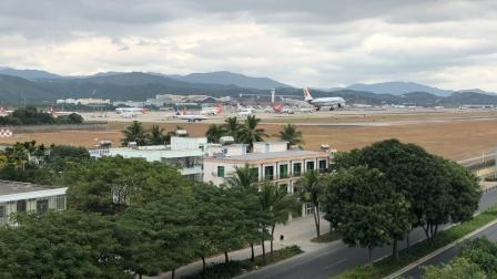 国航A330降落三亚凤凰机场08跑道