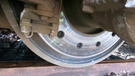 火车启动前,车轮在轨道上原地打滑,这是拉了多重的东西呀