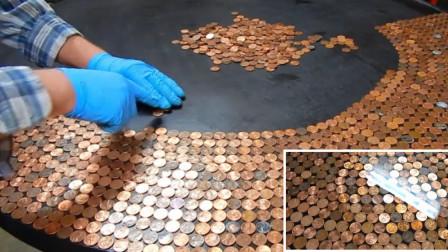 男子捡到废弃桌子,用1万枚硬币改造,完工后惊艳了!
